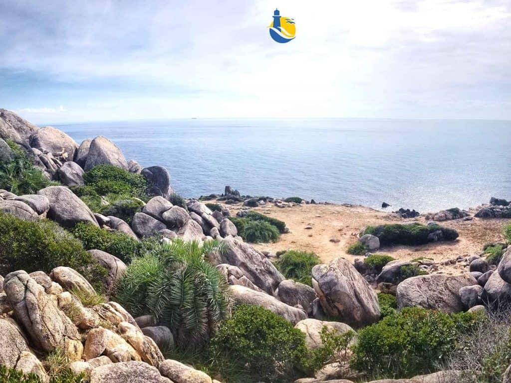 Bãi thảo nguyên bằng phẳng lưng chừng vách đá, nơi có thể đứng ngắm nhìn ra biển Đông