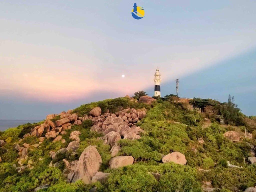 Ngọn hải đăng Cù Lao Xanh nằm trên đỉnh cao nhất của hòn đảo, nơi có những hòn đá tảng khổng lồ