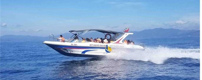 Cano chở du khách ra đảo Cù Lao Xanh