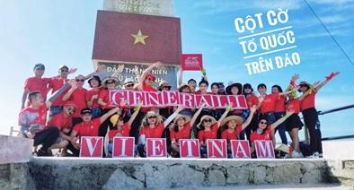 Chụp ảnh lưu niệm với cột cờ Việt Nam