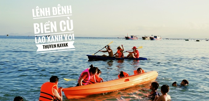 Du khách chèo thuyền Kayak trên biển Cù Lao Xanh