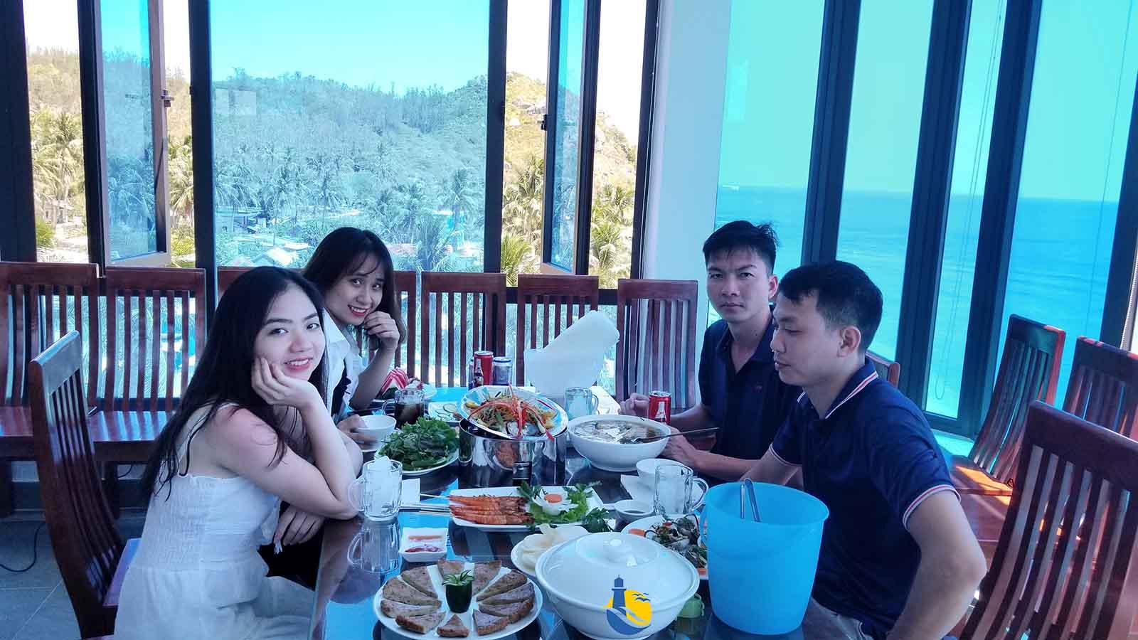 Du khách dùng bữa tại nhà hàng Cù Lao Xanh