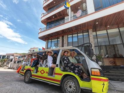 Xe điện chở du khách đến khách sạn