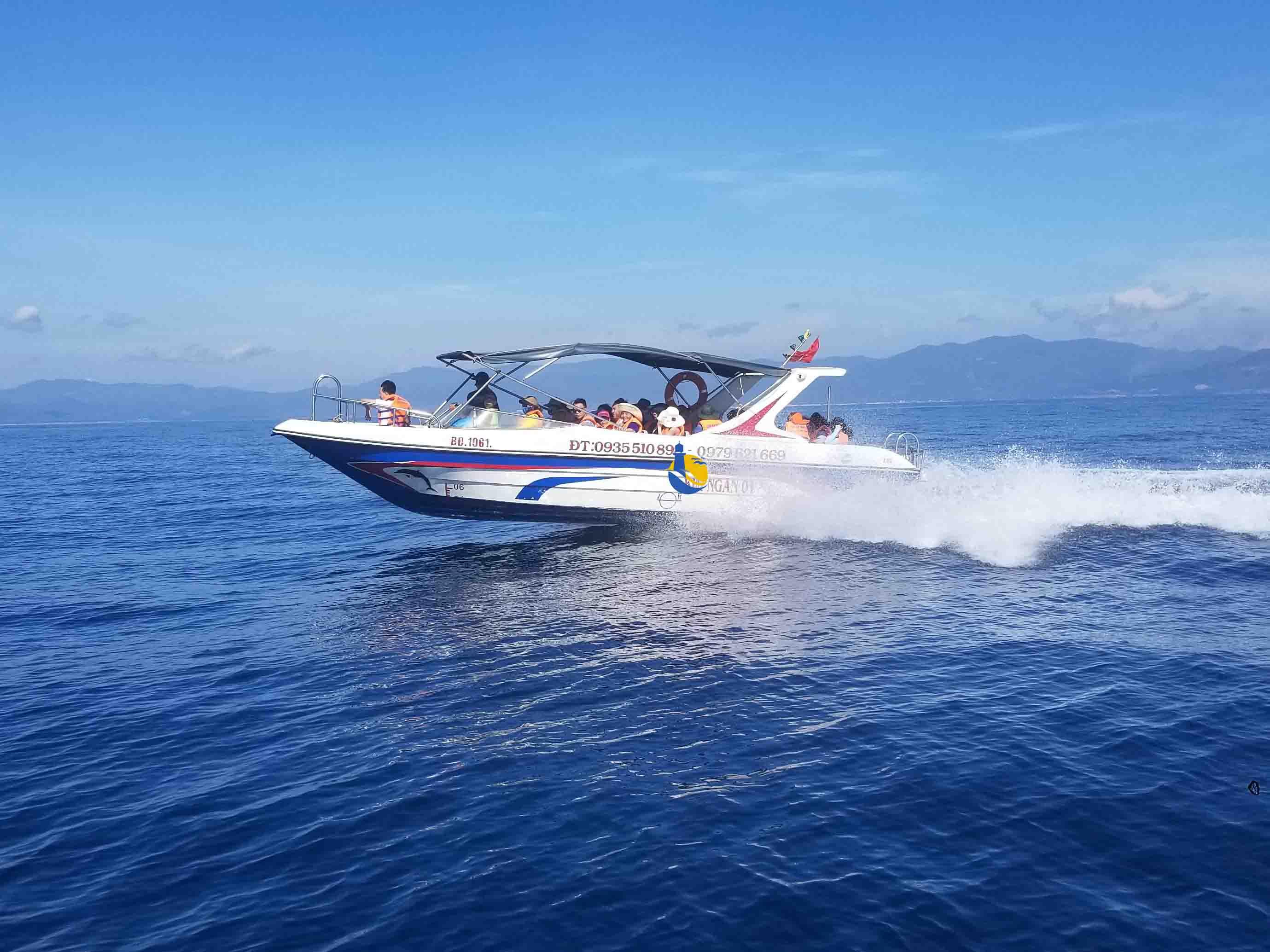 đi cano siêu tốc ra đảo Cù Lao Xanh
