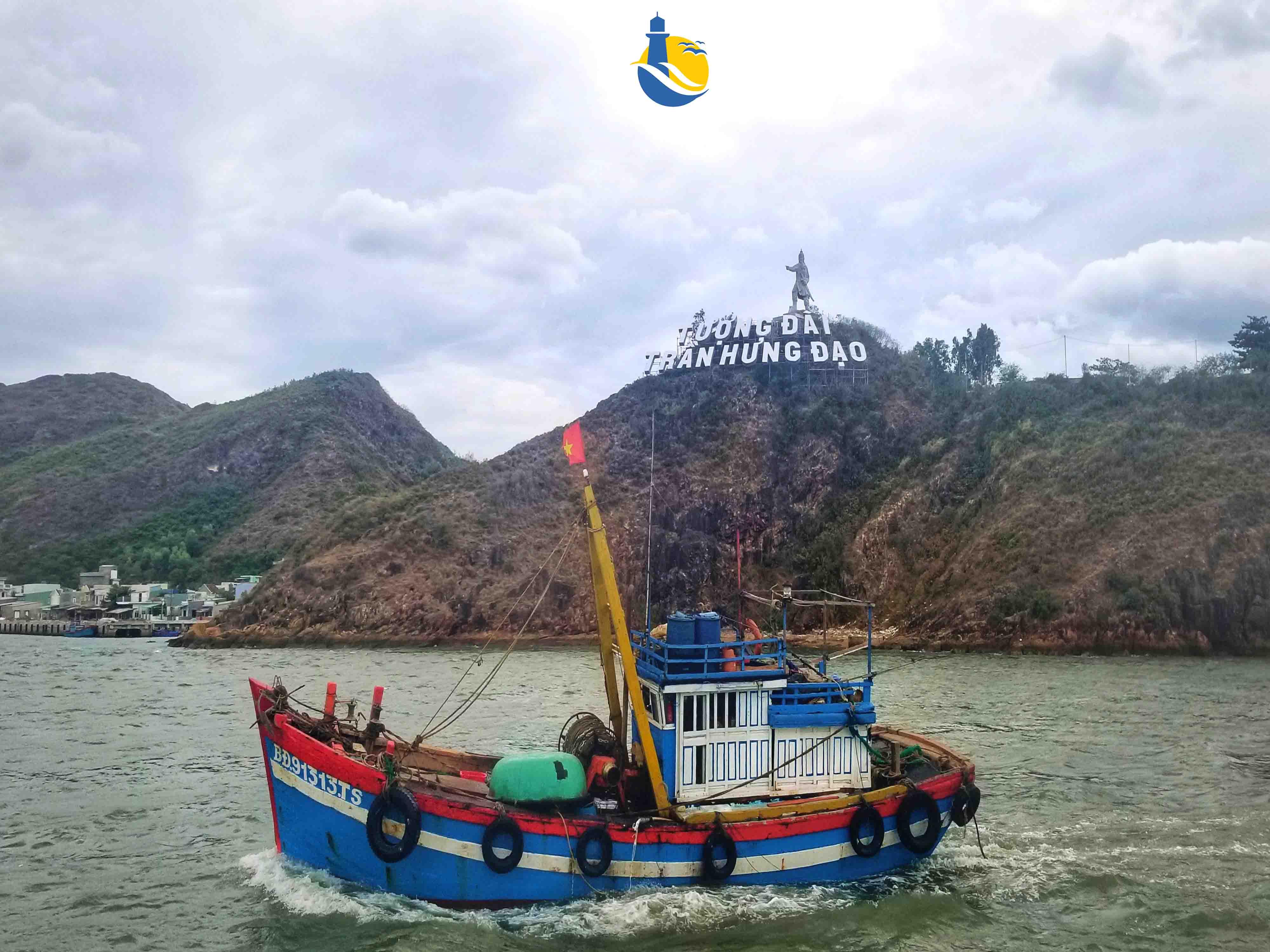 Tàu gỗ di chuyển ra đảo Cù Lao Xanh