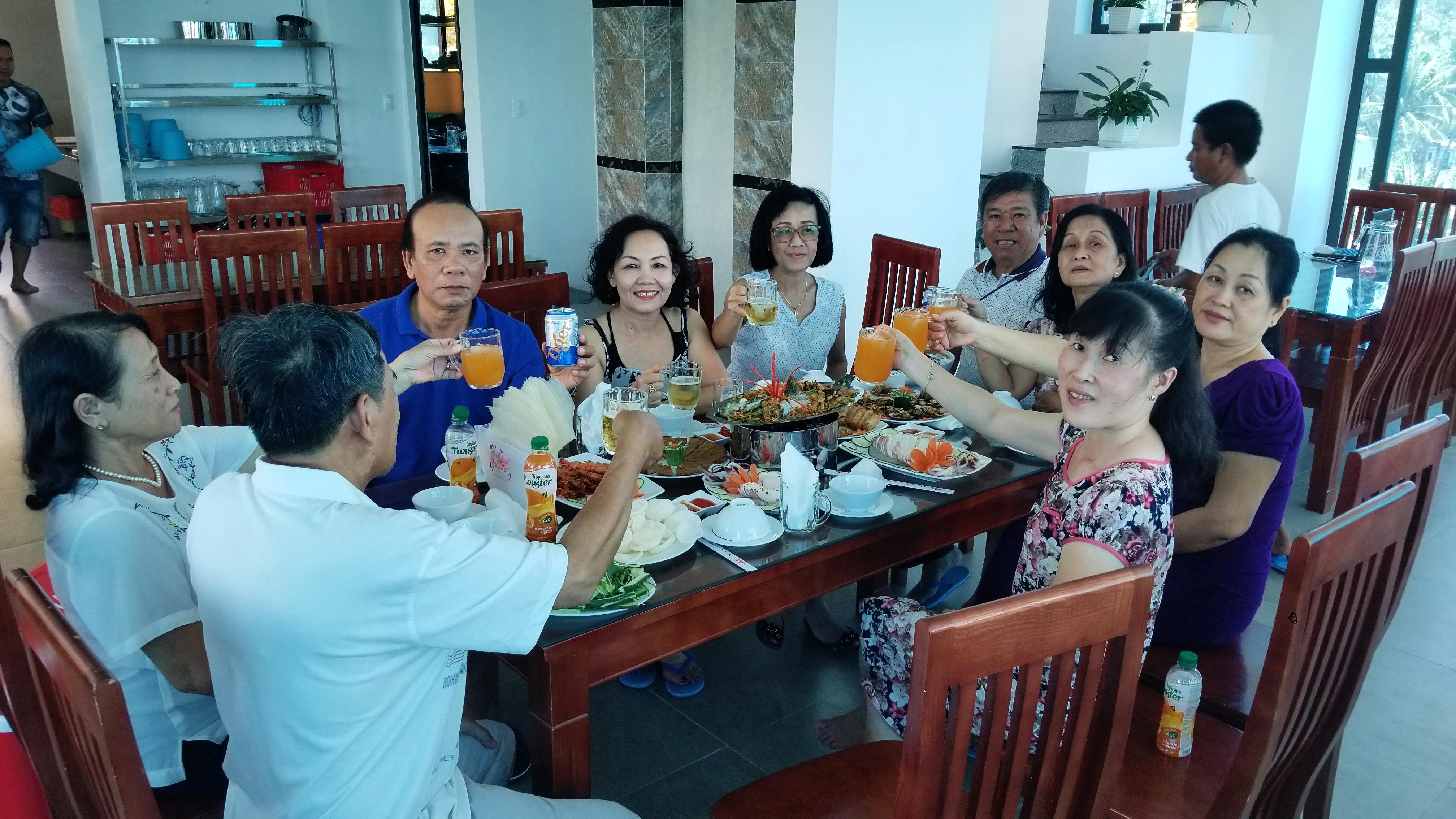 Hình ảnh các cô chú ngồi ăn trưa tại nhà hàng tầng 5 của khách sạn Bình Minh Cù Lao Xanh