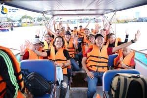 Đoàn DNTT, với trưởng đoàn Doanh nhân Eroca Thanh trên cano ra đảo Cù Lao Xanh