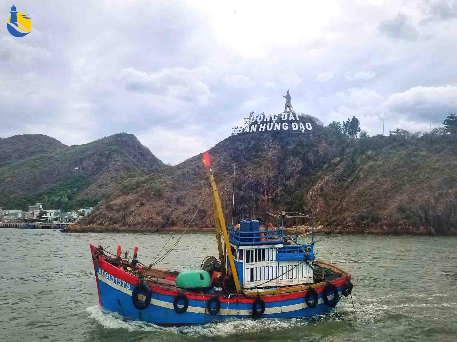 Tượng Trần hưng Đạo trên bán đảo Phương Mai