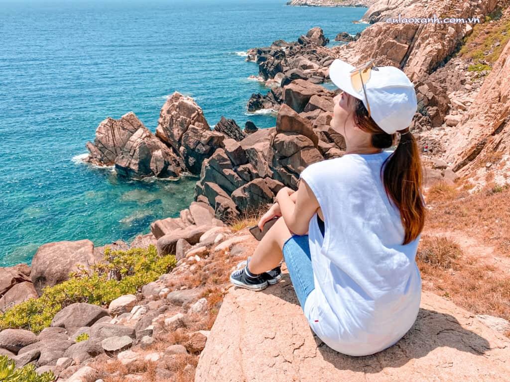 Cô gái tại bãi đá thảo nguyên