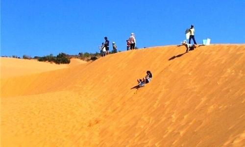trượt cát tại đồi cát phương mai